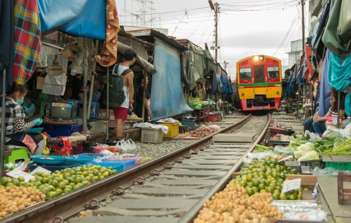 ตลาดร่มหุบ_samut-songkhram_Traveloka.jpg